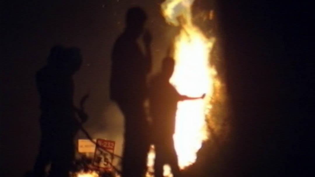 Centenars de morellans eviten que l'incendi creue a Pereroles amb un foc controlat