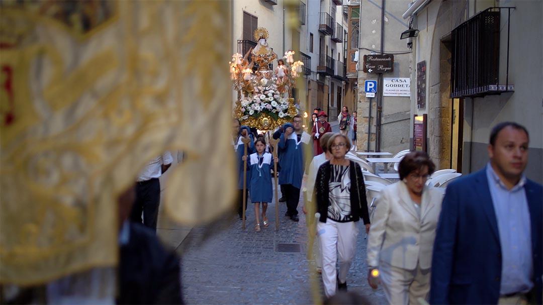 Desenes de torxes i farolets il·luminen a la marededeu de Vallivana