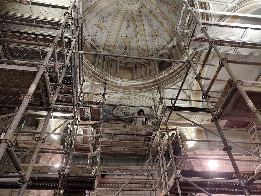 Les obres de restauració de la capella de Santa Victòria descobreixen serigrafies a la façana