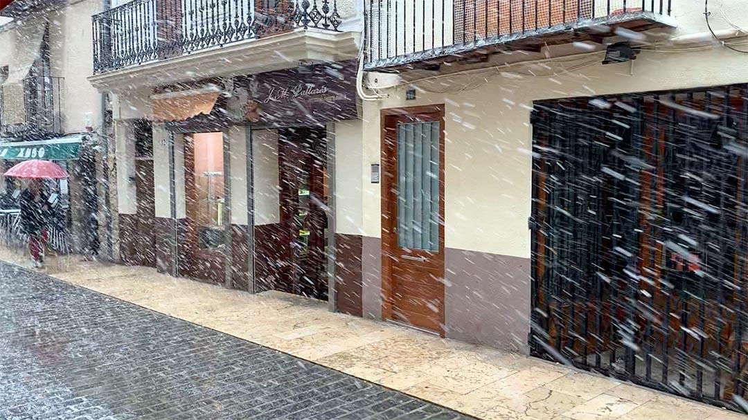 """Les """"marçades"""" cobreixen de neu les teulades de Morella i Torremiró"""