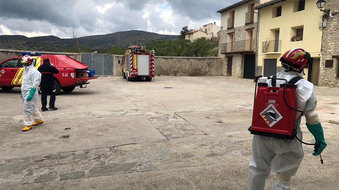 Els bombers desinfecten els carrers de Villores