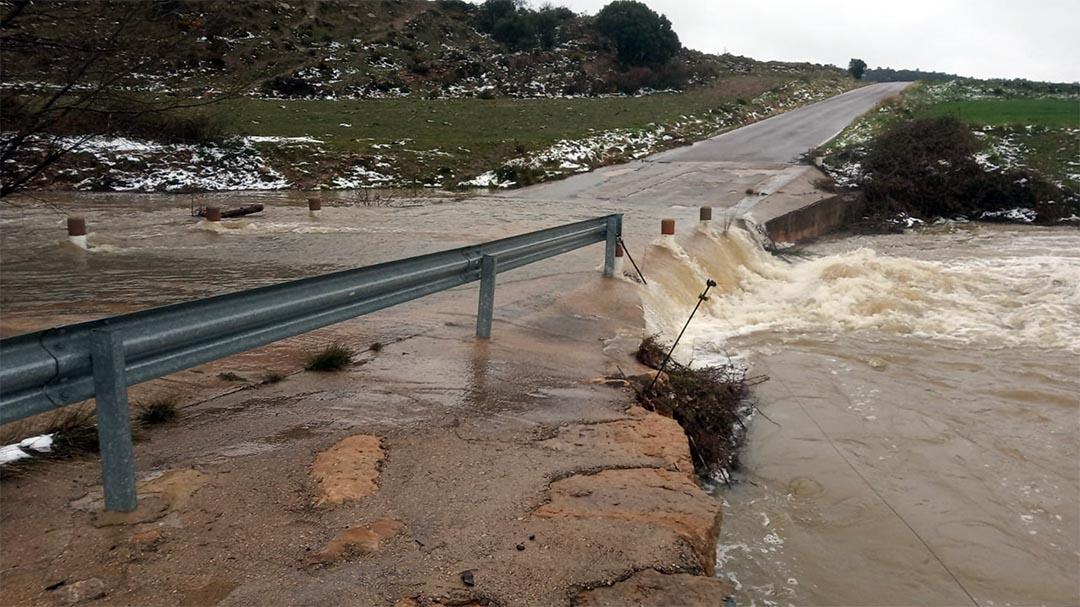 Les fortes pluges obliguen a tallar camins i carreteres arreu del territori