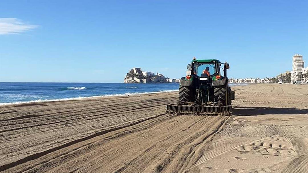 Peníscola intensifica la neteja a la platja després del pas de Gloria
