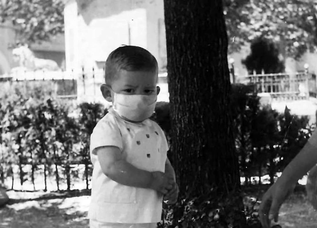 Ximo Puig, de xiquet, amb mascareta