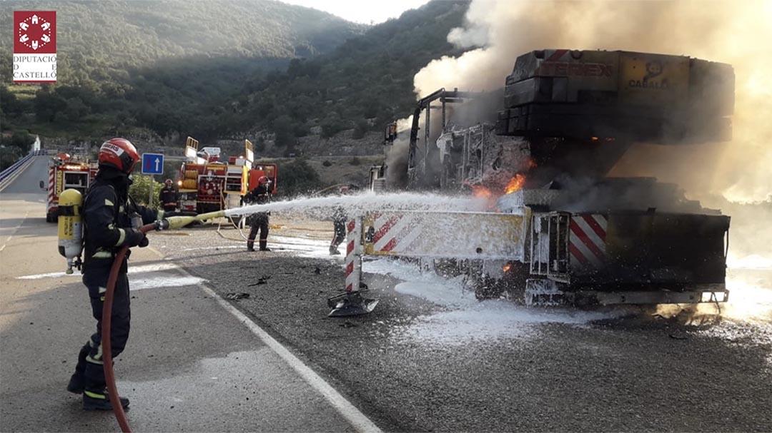 L'incendi d'una grua obliga a tallar la N-232