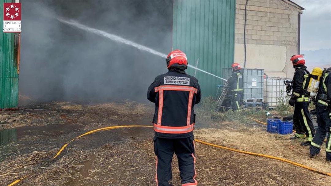 Els bombers treballen tota la nit per apagar l'incendi de la pallissa