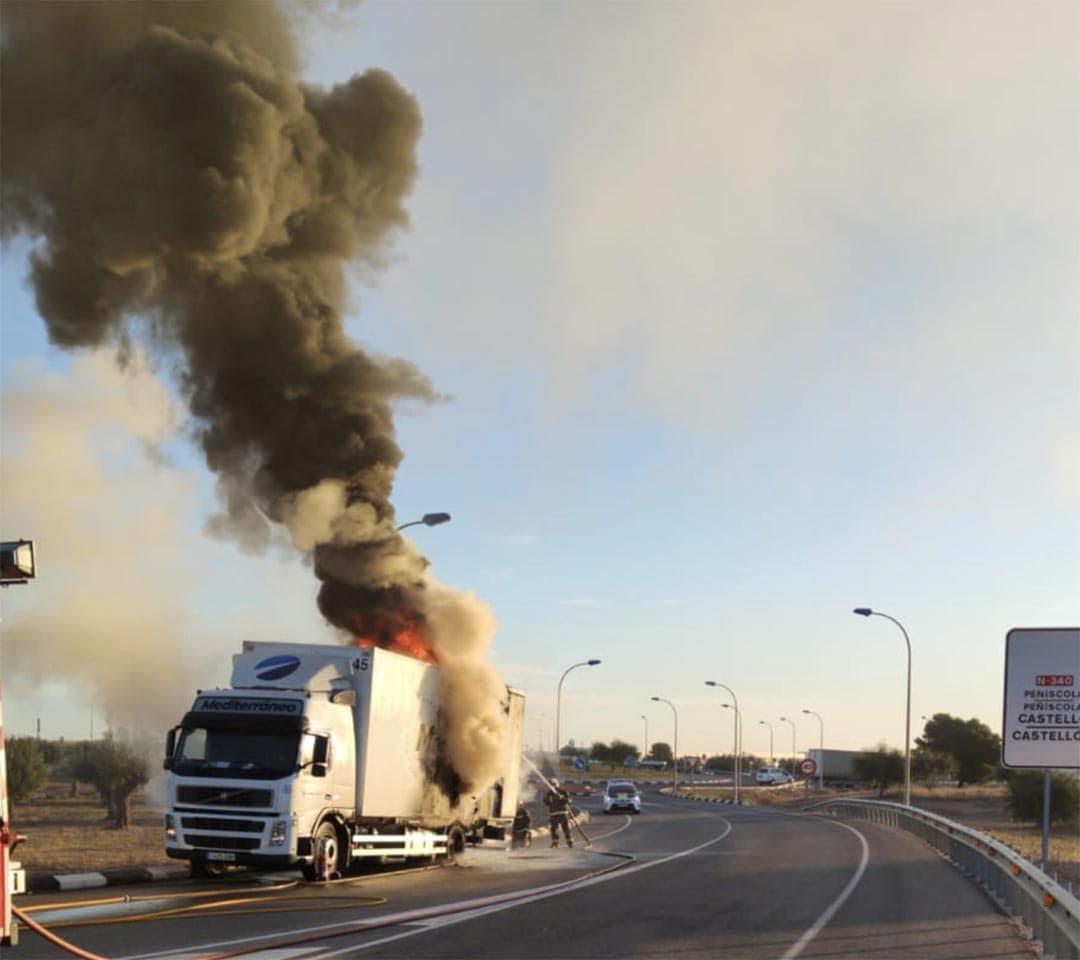 Un camió ha patit un incendi en els pneumàtics en la N-340