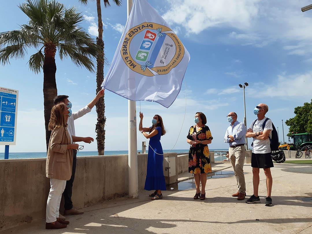 Benicarló hissa les banderes 'Platges Sense Fum' per a evitar el tabac als arenals