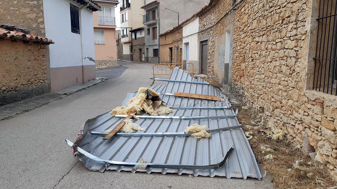 Un tornado arrasa teulades, persianes i contenidors a Vilafranca