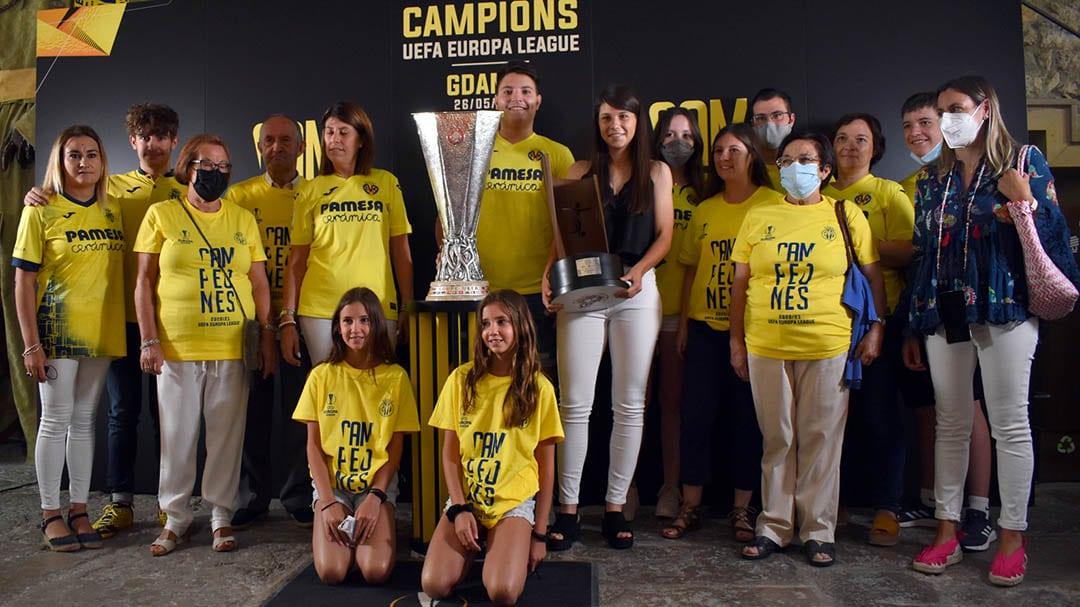 La morellana Marta Querol acompanya el trofeu del Villareal CF fins Morella