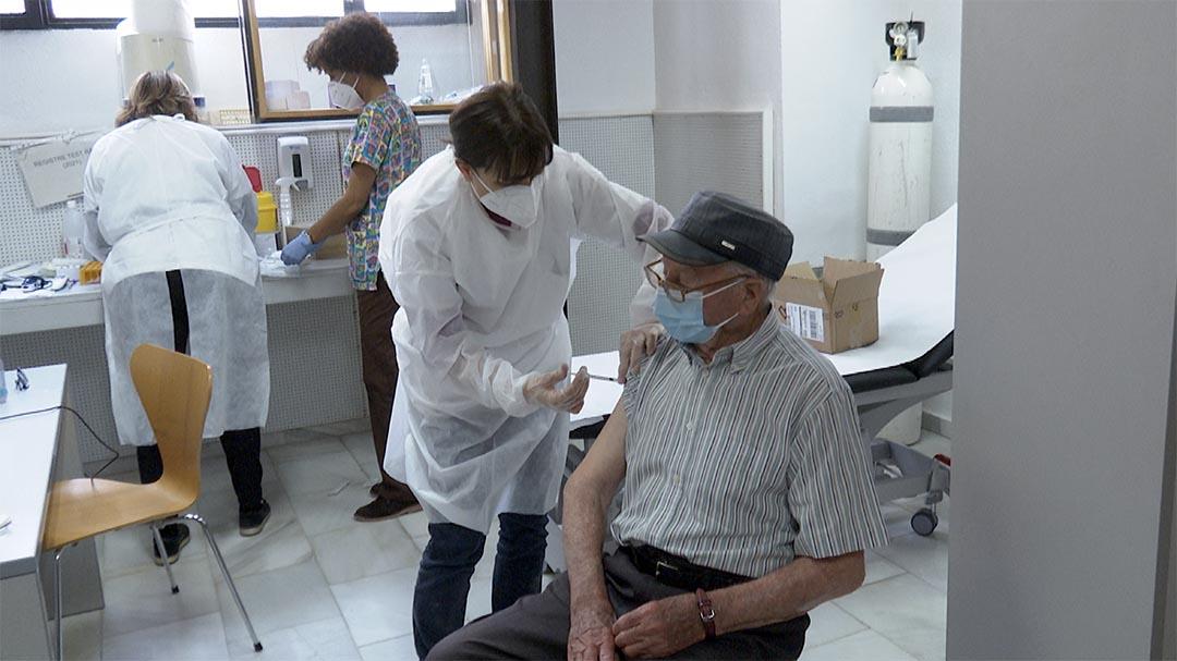 Comença la vacunació als majors de 90 anys