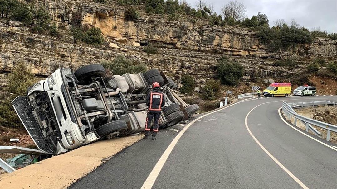 Es produeix un espectacular accident a la carretera de Morella a Ares