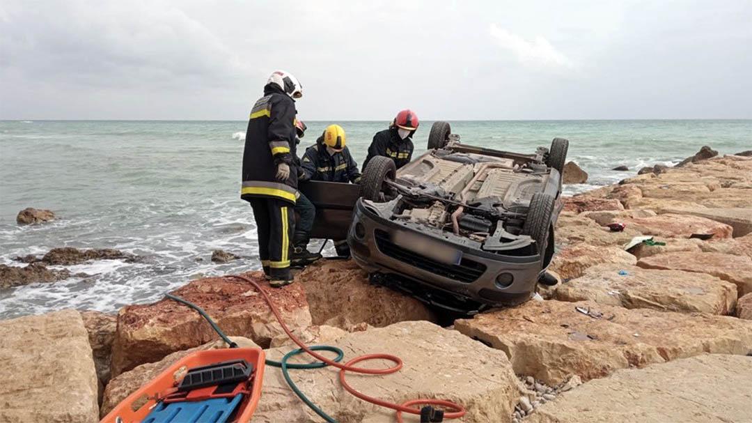 Mor una dona al caure amb el seu cotxe per un penya-segat