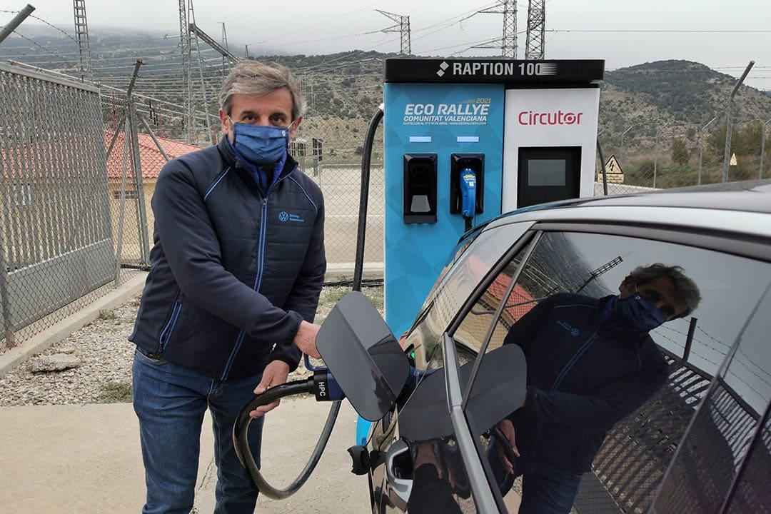 Els cotxes de l'Eco Rallye es carreguen a la subestació de Fraiximeno