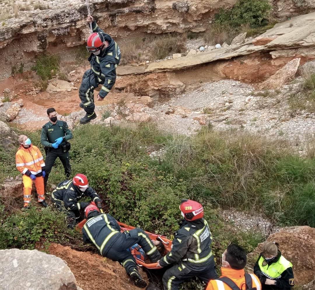 Els bombers rescaten a una dona que ha caigut d'una rambla de 4 metres